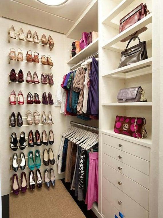Sapatos organizados com aramados na parede