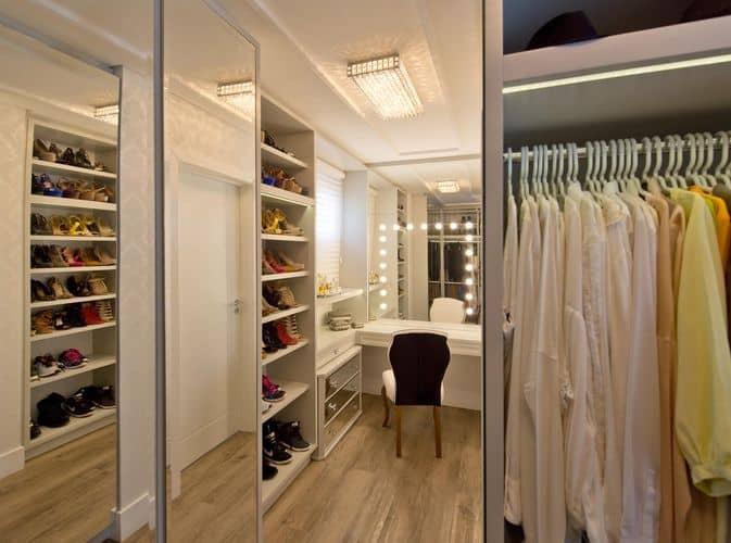 Closet grande com penteadeira