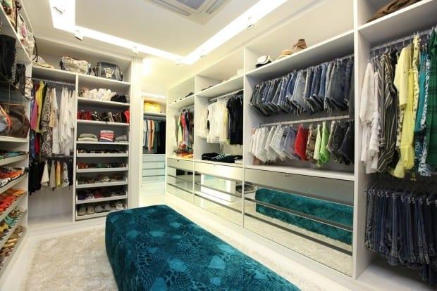 Closet grande com pufe no centro