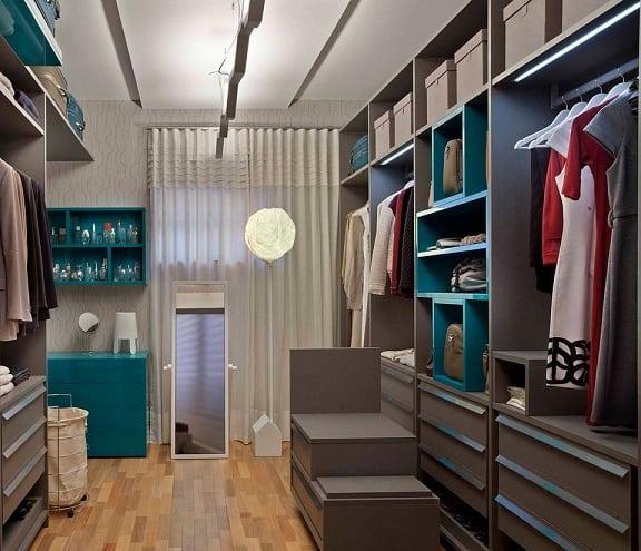 Projeto de closet moderno com nichos verdes
