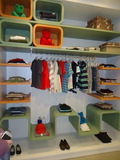 Closet infantil com nichos coloridos
