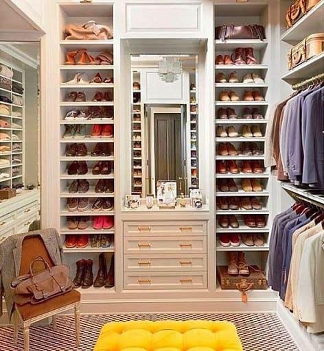 Closet clássico com muitos sapatos