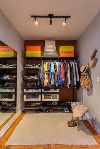 Closet masculino pequeno e aberto