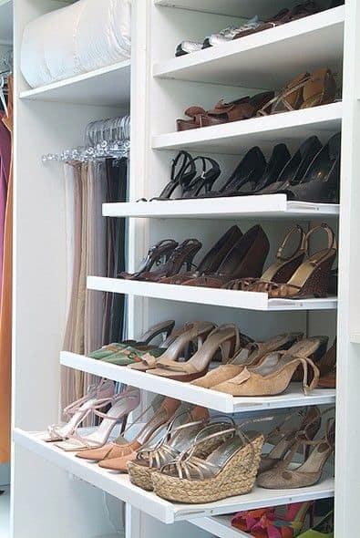 ideias para organizar os sapatos em prateleiras retrateis