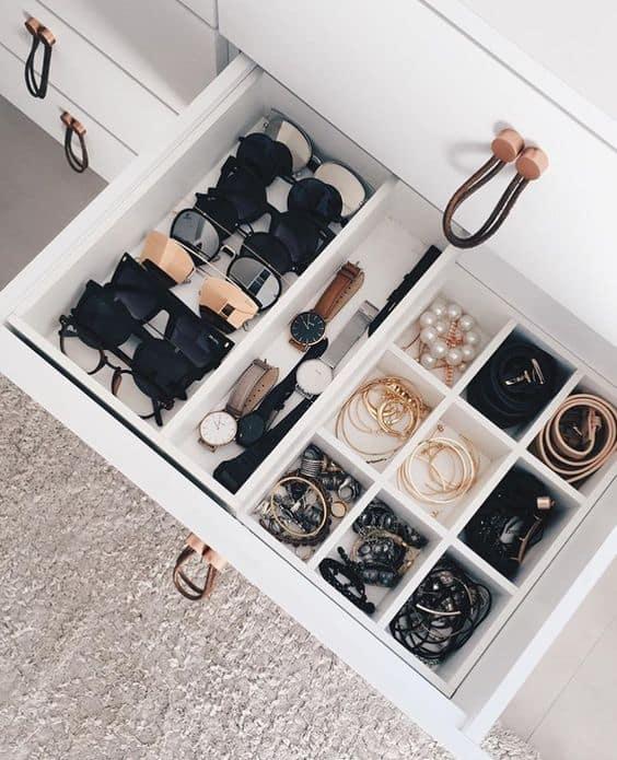 como organizar os acessorios em gavetas