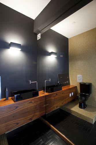 lavabo pequeno com tampo de madeira e vaso e pia preto
