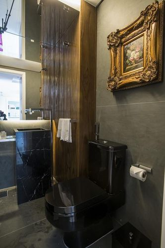 lavabo pequeno e decorado com vaso preto