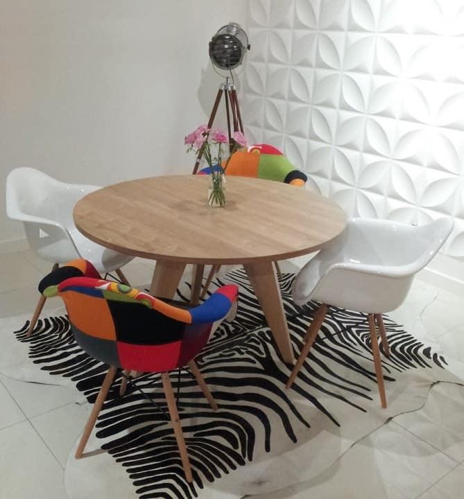 sala de jantar pequena com cadeiras eames wood com braco