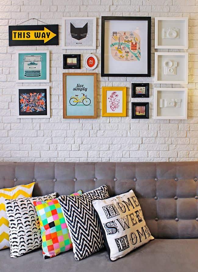 Sala com quadros divertidos em cima do sofá