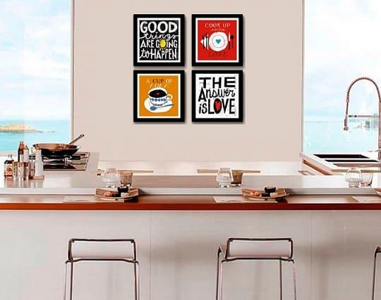 Cozinha com quadros de frases coloridos