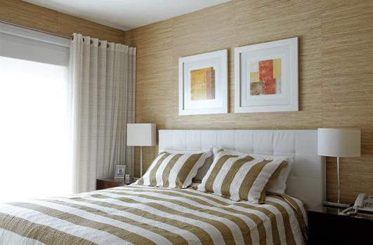 Cabeceira simples branca em quarto de casal pequeno