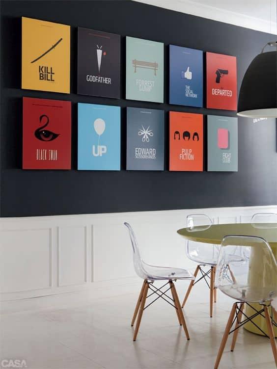 Sala de jantar com posteres coloridos de filmes