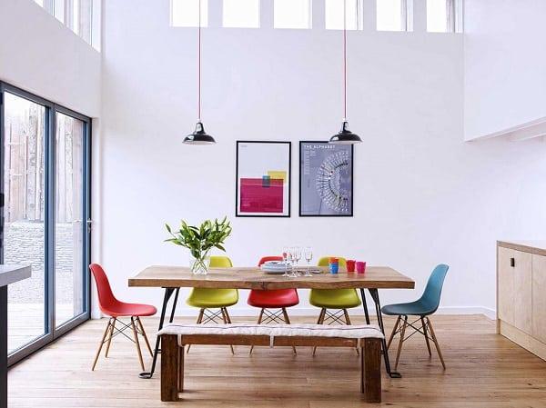 mesa de jantar com cadeiras eames wood coloridas