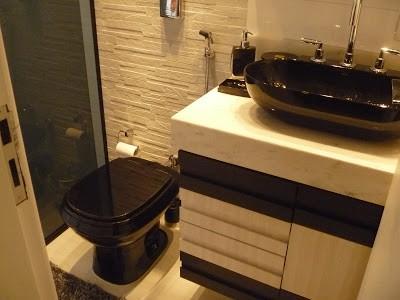 banheiro pequeno com cuba e vaso preto