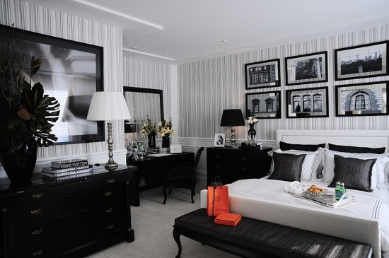 Dormitório preto e branco clássico com muitos detalhes
