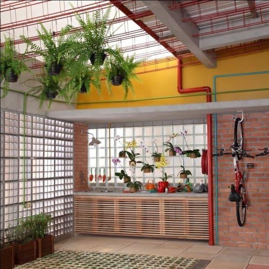 decoracao de garagem com armarios e plantas