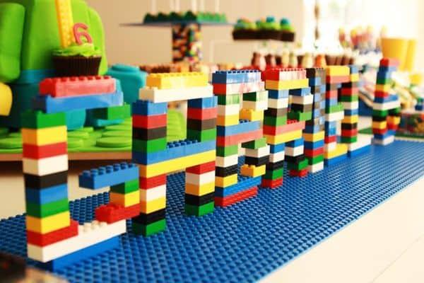 nome em 3d feito de lego