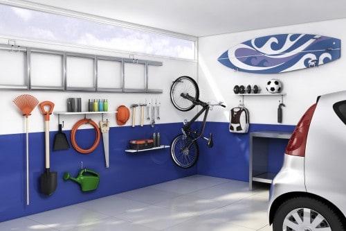 Como organizar a garagem com prateleiras e ganchos