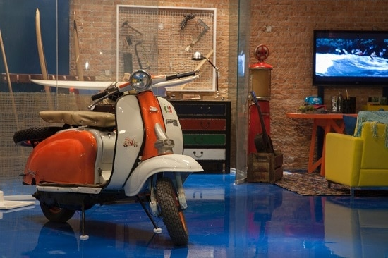 Decoração moderna de garagem colorida e organizada