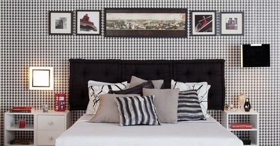 Quarto simples com papel de parede e cabeceira de futons pretos