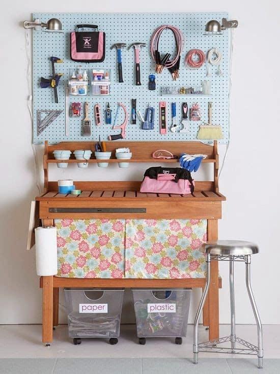 Organização de garagem com painel perfurado e mesa de trabalho