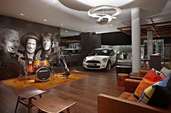 Sala de luxo com carro de colecionador