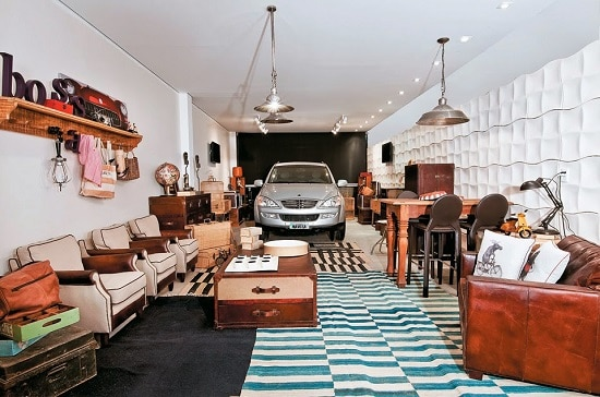 Garagem com espaço para receber os amigos com sofás