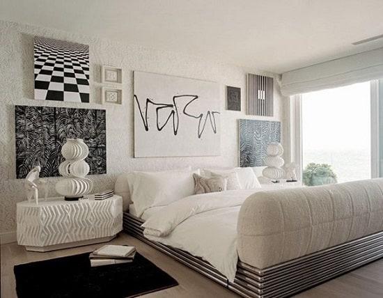 Suíte do casal com quadros preto e branco modernos e decoração branca
