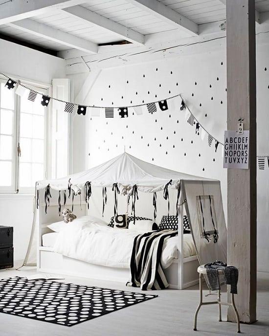 Cama tenda para crianças em preto e branco