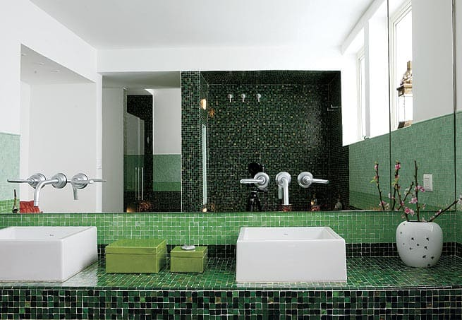banheiro com pastilhas verdes