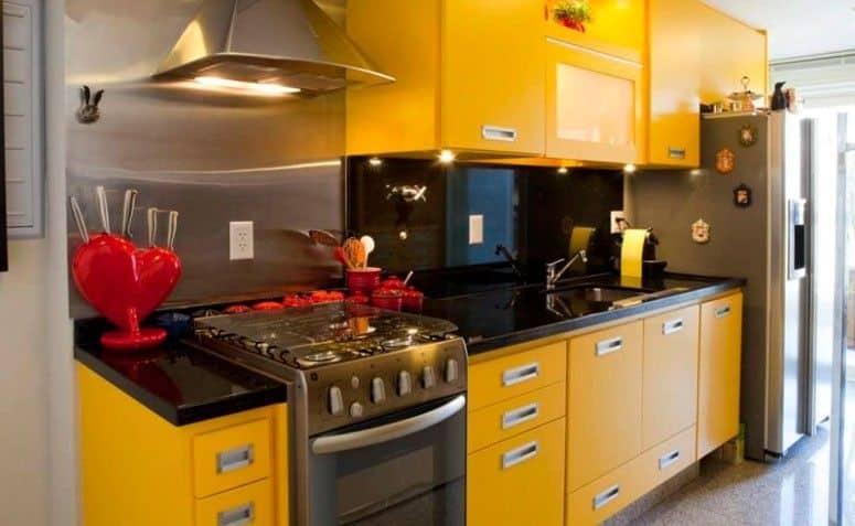 Móveis sob medida amarelos na cozinha