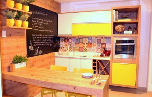 Cozinha sob medida amadeirada, branco e amarelo