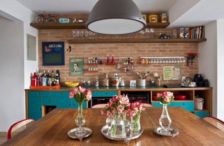 Cozinha rústica com tijolo e madeira, com detalhes de móveis turquesa