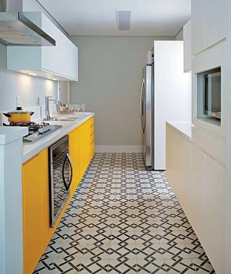 Cozinha branca, com móvel amarelo e piso geométrico preto e branco