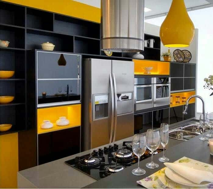 Cozinha amarela com preto e inox
