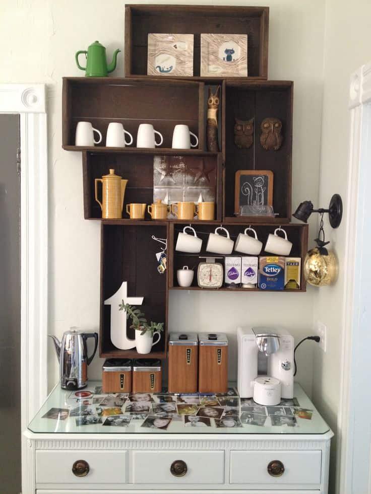 Decoração com caixotes para o café e aparador com fotos