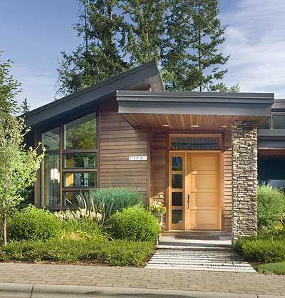 Fachada de casa pequena com pedra e madeira