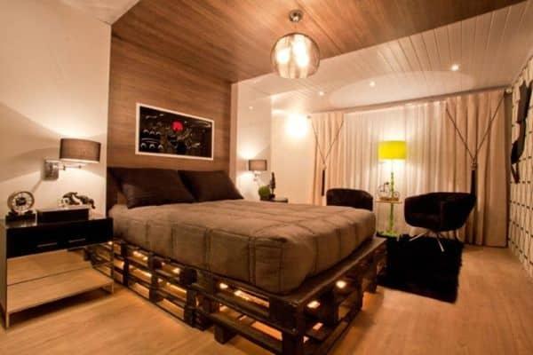 Dormitório com criado mudo preto com nicho e gavetas de espelho