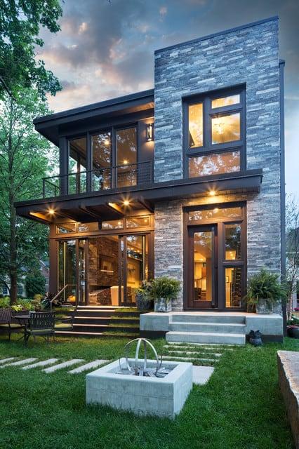 Fachada de casa moderna com pedra rústica e cinza