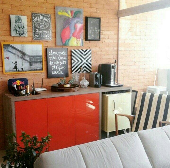 Móvel sob medida com quadros na parede para frigobar retrô e café