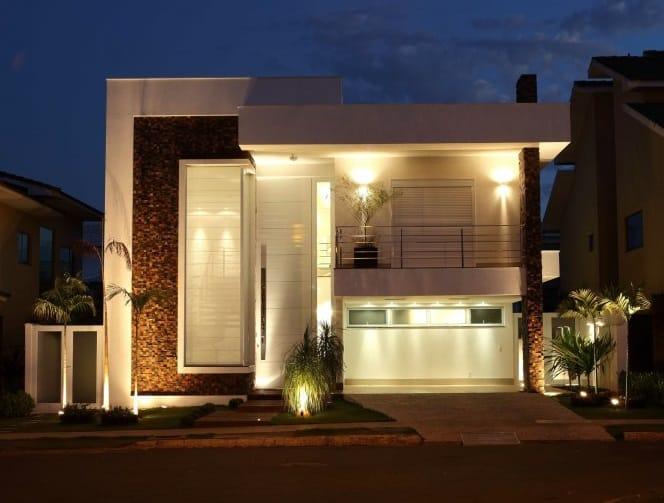 Casa contemporânea com pedras na fachada