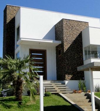 Casa moderna com pedra escura na fachada
