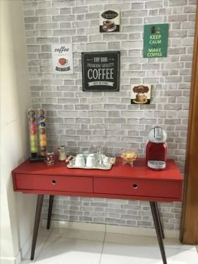 Aparador retrô com parede tijolinhos e cafeteira Nespresso