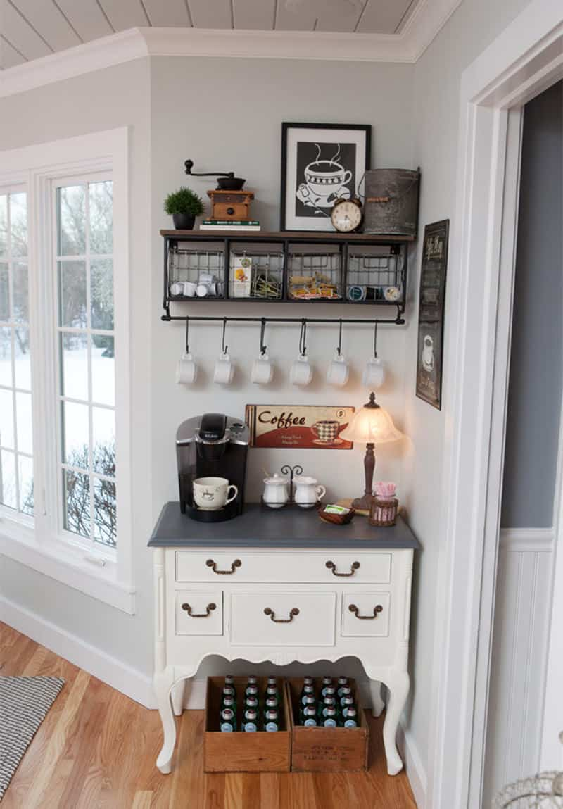 Aparador vintage com ganchos para xícaras e cafeteira