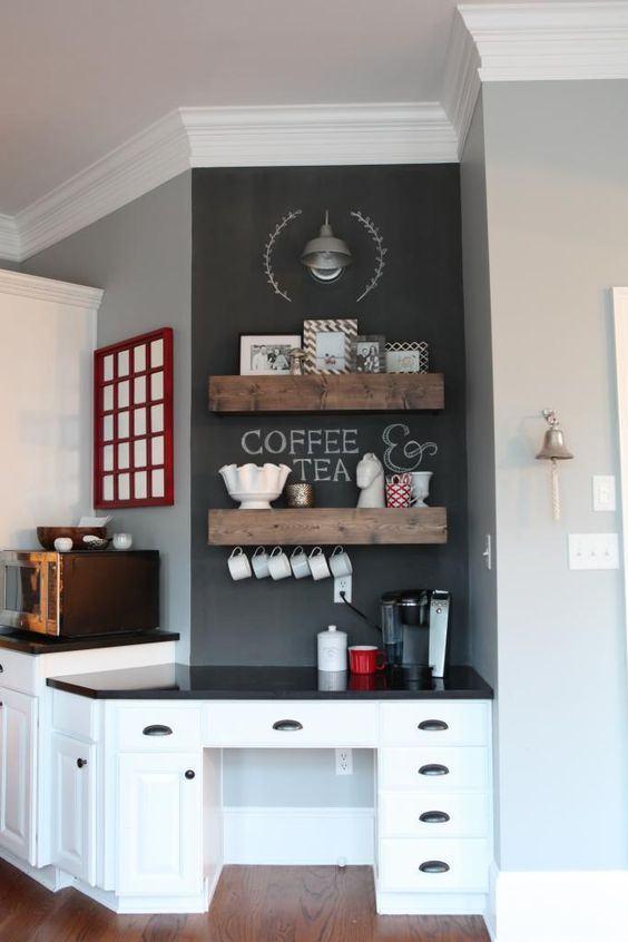 Parede de lousa no espaço do café com ganchos para xícaras