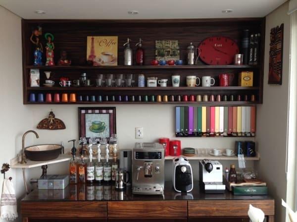 Buffet pra cafeteiras, cápsulas e xícaras