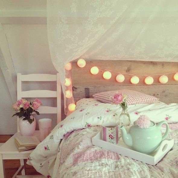 Decoração boho no quarto com cadeira ao lado da cama