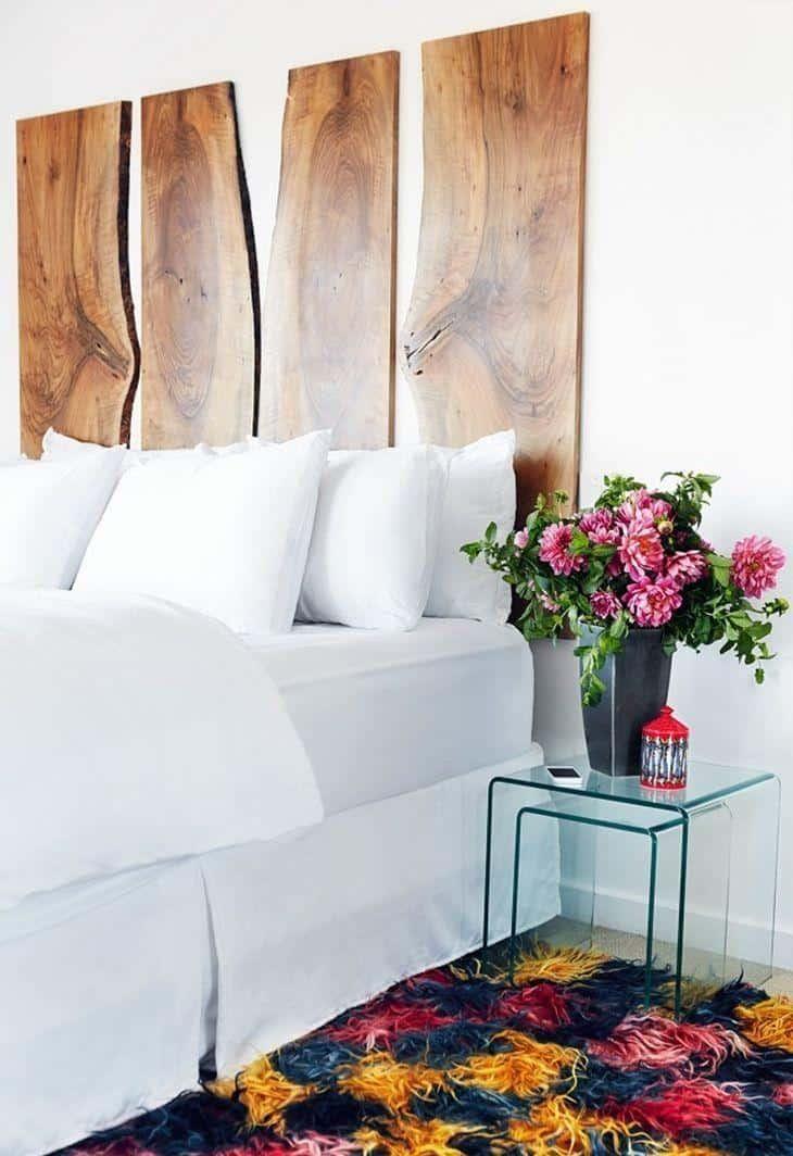 Dormitório com mesas de vidro na lateral