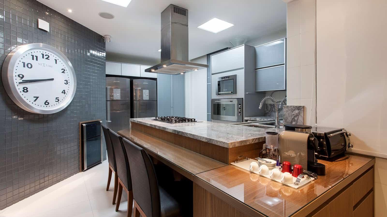 Cozinha gourmet com espaço para cafeteira