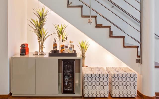 Balcão para bebidas e café embaixo da escada